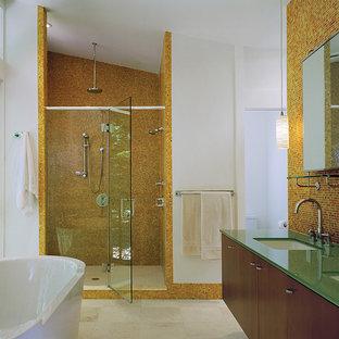 Ejemplo de cuarto de baño contemporáneo con bañera exenta, encimera de vidrio, baldosas y/o azulejos naranja, baldosas y/o azulejos en mosaico y parades naranjas