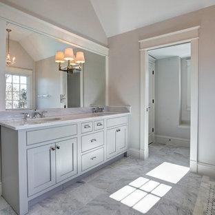 Idee per una stanza da bagno padronale stile americano di medie dimensioni con lavabo sottopiano, ante grigie, top in quarzite, vasca con piedi a zampa di leone, doccia ad angolo, WC a due pezzi, piastrelle grigie, piastrelle di vetro, pareti grigie e ante in stile shaker