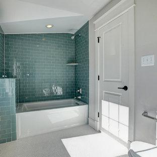 Ispirazione per una stanza da bagno american style di medie dimensioni con vasca ad alcova, vasca/doccia, WC a due pezzi, piastrelle verdi, piastrelle di vetro e pareti grigie