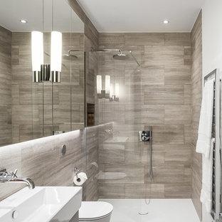 Ispirazione per una piccola stanza da bagno padronale design con ante lisce, ante in legno bruno, doccia aperta, WC monopezzo, piastrelle beige, piastrelle di pietra calcarea, pareti bianche, pavimento in gres porcellanato, lavabo rettangolare, pavimento grigio e doccia aperta