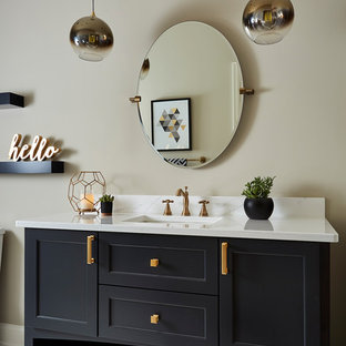 Immagine di una grande stanza da bagno con doccia country con ante con riquadro incassato, ante nere, WC a due pezzi, pistrelle in bianco e nero, piastrelle in gres porcellanato, pavimento in mattoni, lavabo sottopiano, top in quarzo composito, pavimento bianco e pareti beige