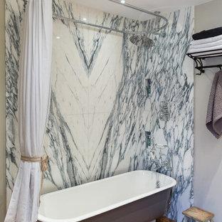 Свежая идея для дизайна: главная ванная комната в классическом стиле с мраморной плиткой, ванной на ножках, душем над ванной, серыми стенами, паркетным полом среднего тона и оранжевым полом - отличное фото интерьера