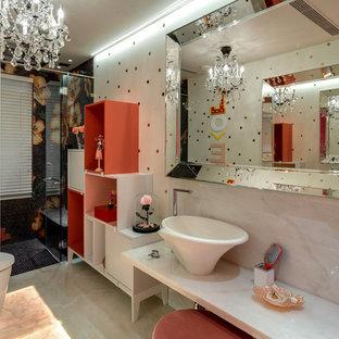 Mittelgroßes Modernes Kinderbad mit Toilette mit Aufsatzspülkasten, weißen Fliesen, Marmorfliesen, weißer Wandfarbe, Marmorboden, Marmor-Waschbecken/Waschtisch, rosa Boden und weißer Waschtischplatte in Mumbai