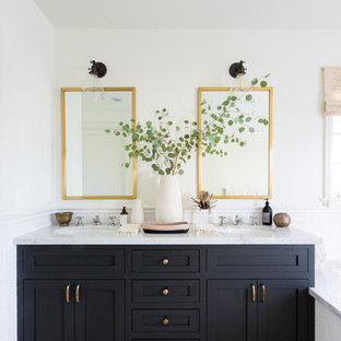 Diseño de cuarto de baño principal, tradicional renovado, con armarios estilo shaker, puertas de armario negras, paredes blancas, lavabo bajoencimera, suelo multicolor y encimeras grises