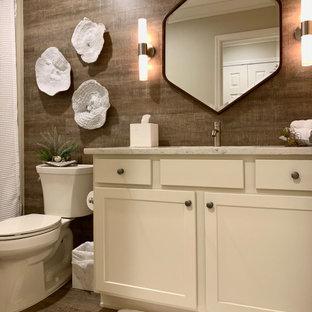 Mittelgroßes Maritimes Duschbad mit Schrankfronten im Shaker-Stil, weißen Schränken, Wandtoilette mit Spülkasten, Vinylboden, Unterbauwaschbecken, Quarzwerkstein-Waschtisch, braunem Boden und beiger Waschtischplatte in Orlando