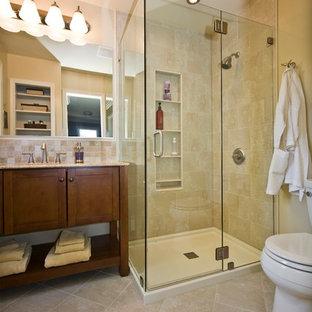 Immagine di una piccola stanza da bagno padronale minimalista con lavabo sottopiano, ante in legno scuro, doccia ad angolo, WC a due pezzi, piastrelle beige, piastrelle in ceramica, pareti beige, pavimento con piastrelle in ceramica e ante in stile shaker