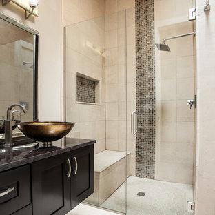 Modernes Badezimmer mit Aufsatzwaschbecken, Schrankfronten im Shaker-Stil, schwarzen Schränken, bodengleicher Dusche, beigefarbenen Fliesen, beiger Wandfarbe, Nische und Duschbank in Austin