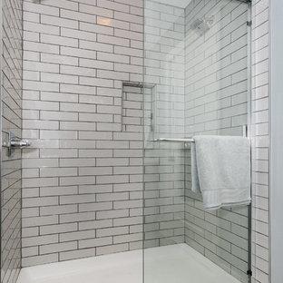 Foto di una piccola stanza da bagno padronale american style con ante in stile shaker, ante grigie, doccia alcova, piastrelle diamantate, pareti blu, pavimento con piastrelle in ceramica, lavabo sottopiano e top in superficie solida