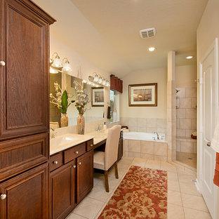 ヒューストンの中サイズのトラディショナルスタイルのおしゃれなマスターバスルーム (インセット扉のキャビネット、濃色木目調キャビネット、ドロップイン型浴槽、コーナー設置型シャワー、分離型トイレ、ベージュのタイル、磁器タイル、ベージュの壁、磁器タイルの床、オーバーカウンターシンク、クオーツストーンの洗面台、ベージュの床、オープンシャワー、ベージュのカウンター) の写真