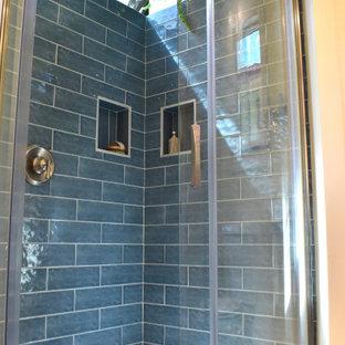 Пример оригинального дизайна: маленькая ванная комната в морском стиле с угловым душем, синей плиткой, керамической плиткой, душевой кабиной, душем с раздвижными дверями, нишей, подвесной тумбой и балками на потолке