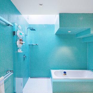 Ispirazione per una stanza da bagno per bambini design con vasca da incasso, doccia ad angolo, piastrelle blu, piastrelle a mosaico e pareti blu