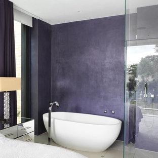 Mittelgroßes Modernes Badezimmer En Suite mit freistehender Badewanne, offener Dusche, weißen Fliesen, lila Wandfarbe, Wandwaschbecken, flächenbündigen Schrankfronten, weißen Schränken, Wandtoilette und Porzellan-Bodenfliesen in London