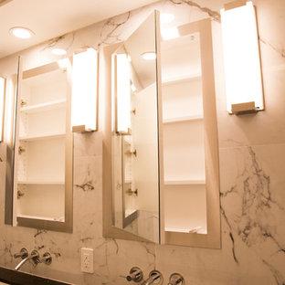 Foto di una stanza da bagno padronale moderna di medie dimensioni con ante di vetro, ante bianche, piastrelle multicolore, piastrelle di marmo, top in acciaio inossidabile e top nero