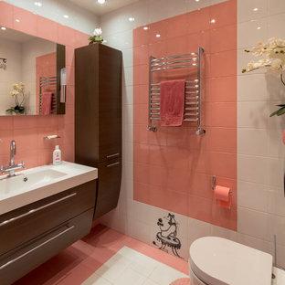 Idee per una piccola stanza da bagno con doccia minimal con doccia alcova, WC sospeso, piastrelle bianche, piastrelle in ceramica, pavimento con piastrelle in ceramica, pavimento rosa e porta doccia scorrevole