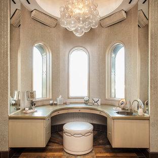 Неиссякаемый источник вдохновения для домашнего уюта: огромная главная ванная комната в стиле модернизм с монолитной раковиной, фасадами островного типа, столешницей из цинка, отдельно стоящей ванной, унитазом-моноблоком, коричневой плиткой, керамической плиткой, бежевыми стенами, полом из керамической плитки и светлыми деревянными фасадами
