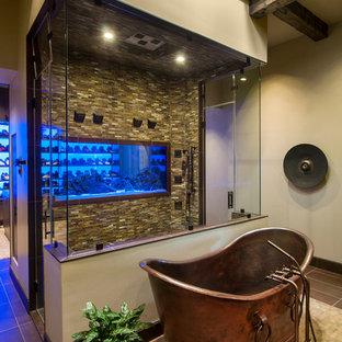 Idee per un'ampia stanza da bagno padronale stile rurale con lavabo integrato, vasca freestanding, doccia doppia, WC monopezzo, piastrelle marroni, piastrelle di vetro, pareti beige e pavimento con piastrelle in ceramica