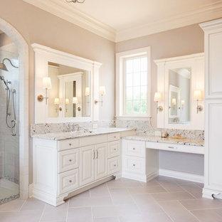 Foto de cuarto de baño clásico con armarios con paneles con relieve, puertas de armario blancas, ducha empotrada, baldosas y/o azulejos grises, baldosas y/o azulejos blancos, paredes grises y ducha con puerta con bisagras
