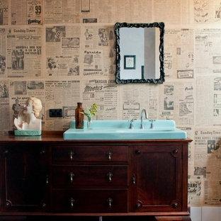 Exempel på ett eklektiskt badrum, med ett nedsänkt handfat, möbel-liknande, skåp i mörkt trä, mörkt trägolv och flerfärgade väggar