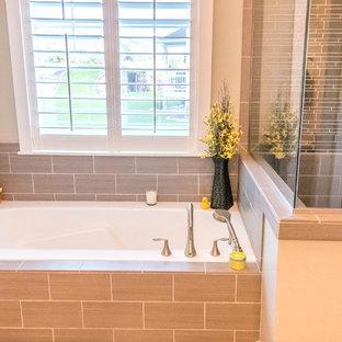 Idee per una stanza da bagno padronale stile americano di medie dimensioni con ante a filo, ante marroni, vasca da incasso, doccia alcova, WC sospeso, piastrelle beige, piastrelle di cemento, pareti beige, pavimento in gres porcellanato, lavabo da incasso e top in granito