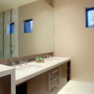 Immagine di un'ampia stanza da bagno minimal con lavabo sottopiano, ante lisce, ante marroni, top in pietra calcarea, doccia alcova, piastrelle blu, piastrelle a mosaico, pareti marroni e pavimento in travertino