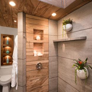 Foto på ett stort funkis en-suite badrum, med släta luckor, skåp i mörkt trä, en hörndusch, en toalettstol med hel cisternkåpa, grå kakel, keramikplattor, vita väggar, klinkergolv i keramik, ett fristående handfat, bänkskiva i betong, grått golv och med dusch som är öppen