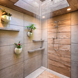 Modelo de cuarto de baño principal, moderno, grande, con armarios con paneles lisos, puertas de armario de madera en tonos medios, ducha esquinera, sanitario de una pieza, baldosas y/o azulejos grises, baldosas y/o azulejos de cerámica, paredes blancas, suelo de baldosas de cerámica, lavabo sobreencimera, encimera de cemento, suelo gris y ducha abierta