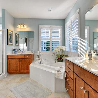 Foto på ett vintage badrum, med skåp i shakerstil, skåp i mellenmörkt trä, ett hörnbadkar och en dusch i en alkov