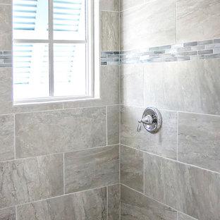 Foto de cuarto de baño con ducha, marinero, de tamaño medio, con armarios estilo shaker, puertas de armario grises, baldosas y/o azulejos grises, baldosas y/o azulejos de piedra, paredes blancas, lavabo bajoencimera y encimera de granito