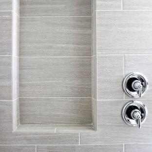 Imagen de cuarto de baño principal, moderno, de tamaño medio, con armarios estilo shaker, puertas de armario blancas, bañera exenta, ducha esquinera, baldosas y/o azulejos grises, baldosas y/o azulejos de porcelana, paredes blancas, suelo de cemento, lavabo bajoencimera y encimera de cemento