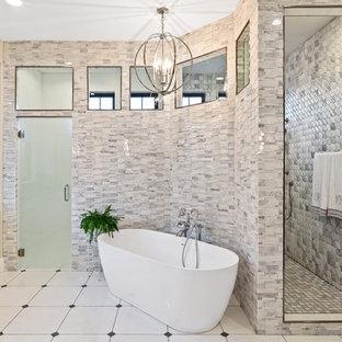 Inspiration för stora lantliga grått en-suite badrum, med luckor med infälld panel, vita skåp, ett fristående badkar, en öppen dusch, en toalettstol med separat cisternkåpa, flerfärgad kakel, marmorkakel, vita väggar, klinkergolv i keramik, ett undermonterad handfat, bänkskiva i kvarts, flerfärgat golv och med dusch som är öppen
