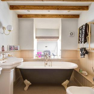Foto di una stanza da bagno country con bidè, vasca con piedi a zampa di leone e lavabo a colonna
