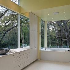 Midcentury Bathroom by Bernbaum-Magadini Architects