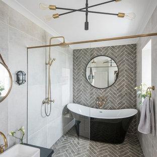 Idéer för stora industriella blått badrum, med släta luckor, blå skåp, ett fristående badkar, våtrum, grå kakel, tunnelbanekakel, grå väggar, ett fristående handfat, grått golv och med dusch som är öppen