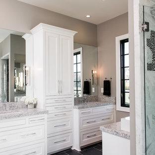 Immagine di una stanza da bagno padronale american style di medie dimensioni con ante lisce, ante bianche, doccia alcova, WC a due pezzi, piastrelle grigie, piastrelle in pietra, pareti beige, pavimento in ardesia, top in granito e lavabo sottopiano