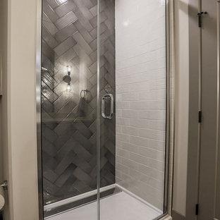 Ispirazione per una stanza da bagno con doccia moderna con ante in stile shaker, vasca ad alcova, doccia alcova, WC a due pezzi, pavimento in mattoni, lavabo sottopiano, top in quarzo composito e porta doccia a battente
