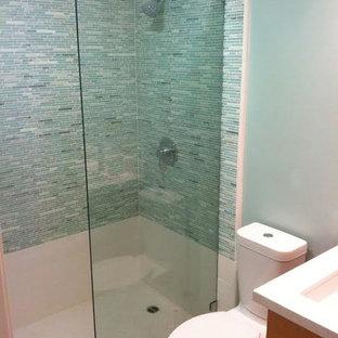 Foto de cuarto de baño con ducha, actual, de tamaño medio, con ducha empotrada, baldosas y/o azulejos azules, baldosas y/o azulejos grises y azulejos en listel