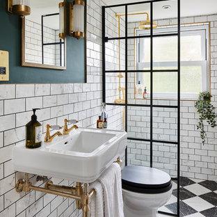 ロンドンのヴィクトリアン調のおしゃれなバスルーム (浴槽なし) (白いタイル、サブウェイタイル、緑の壁、コンソール型シンク、マルチカラーの床、オープンシャワー) の写真