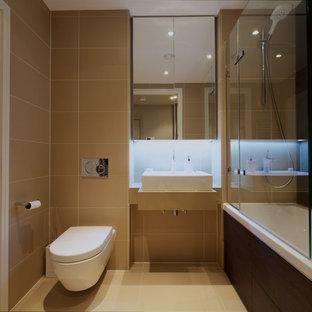 Новый формат декора квартиры: главная ванная комната в современном стиле с консольной раковиной, столешницей из известняка, ванной в нише, душем над ванной, инсталляцией и полом из известняка