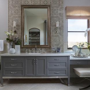 Idéer för stora vintage en-suite badrum, med ett undermonterad handfat, grå skåp, grå kakel, vit kakel, grå väggar, mosaik, grått golv, skåp i shakerstil, en dusch i en alkov, en toalettstol med separat cisternkåpa, klinkergolv i keramik, bänkskiva i kvarts och dusch med gångjärnsdörr