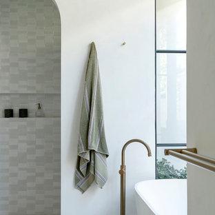 Diseño de cuarto de baño con ducha, actual, pequeño, con puertas de armario de madera oscura, bañera exenta, baldosas y/o azulejos blancos, paredes blancas, suelo de azulejos de cemento, lavabo encastrado, encimera de cuarzo compacto, suelo gris y encimeras amarillas