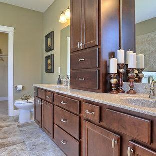 他の地域の大きいおしゃれなマスターバスルーム (濃色木目調キャビネット、緑の壁、セラミックタイルの床、落し込みパネル扉のキャビネット、テラゾの洗面台、置き型浴槽、分離型トイレ、一体型シンク) の写真
