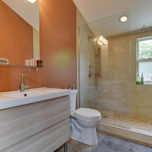 Esempio di una piccola stanza da bagno con doccia design con ante lisce, WC a due pezzi, pavimento in cemento, pavimento grigio, doccia aperta, ante in legno chiaro, doccia alcova, piastrelle beige, pareti arancioni e lavabo a consolle