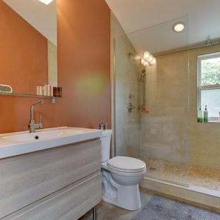 Kleines Modernes Duschbad mit flächenbündigen Schrankfronten, Wandtoilette mit Spülkasten, Betonboden, grauem Boden, offener Dusche, hellen Holzschränken, Duschnische, beigefarbenen Fliesen, oranger Wandfarbe und Waschtischkonsole in Portland
