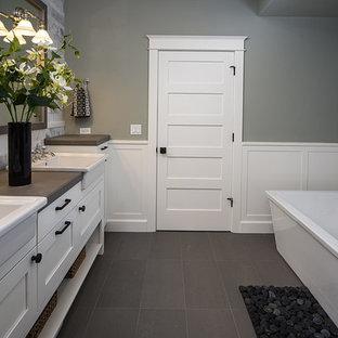 Idéer för vintage en-suite badrum, med ett integrerad handfat, luckor med infälld panel, vita skåp, kaklad bänkskiva, en kantlös dusch, grå kakel, porslinskakel, gröna väggar och klinkergolv i keramik