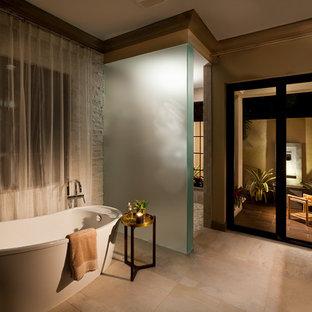 Esempio di una grande stanza da bagno padronale mediterranea con ante in legno bruno, vasca freestanding, pareti beige, pavimento in gres porcellanato, lavabo a bacinella, top in granito e pavimento beige
