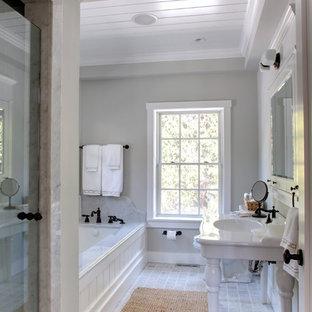 Diseño de cuarto de baño principal, clásico, grande, con lavabo tipo consola, bañera encastrada sin remate, ducha empotrada, baldosas y/o azulejos grises, baldosas y/o azulejos de piedra y paredes grises
