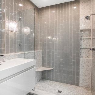 Shabby-Look Badezimmer mit weißen Schränken, offener Dusche, grauen Fliesen, grauer Wandfarbe und Marmorboden in Minneapolis