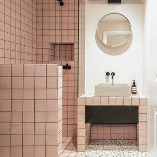 Imagen de cuarto de baño con ducha, escandinavo, pequeño, con armarios con paneles lisos, puertas de armario negras, baldosas y/o azulejos rosa, encimera de azulejos y encimeras rosas