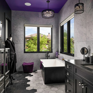 Immagine di una stanza da bagno design con ante in stile shaker, ante nere, vasca freestanding, piastrelle bianche, pareti nere, lavabo sottopiano, pavimento multicolore, top nero e mobile bagno incassato
