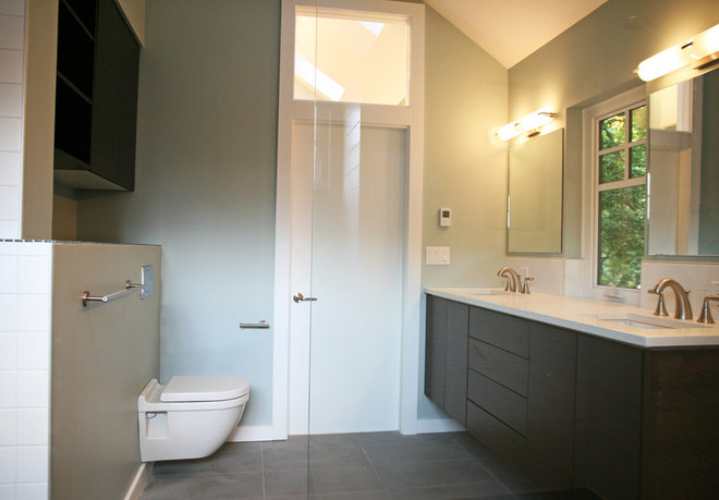 Modern Bathroom by One SEED Architecture + Interiors